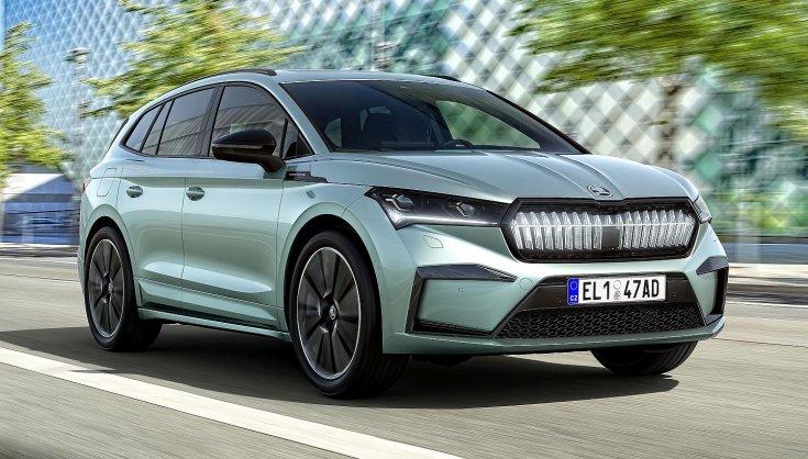 Škoda Enyaq iV szemből, menet közben