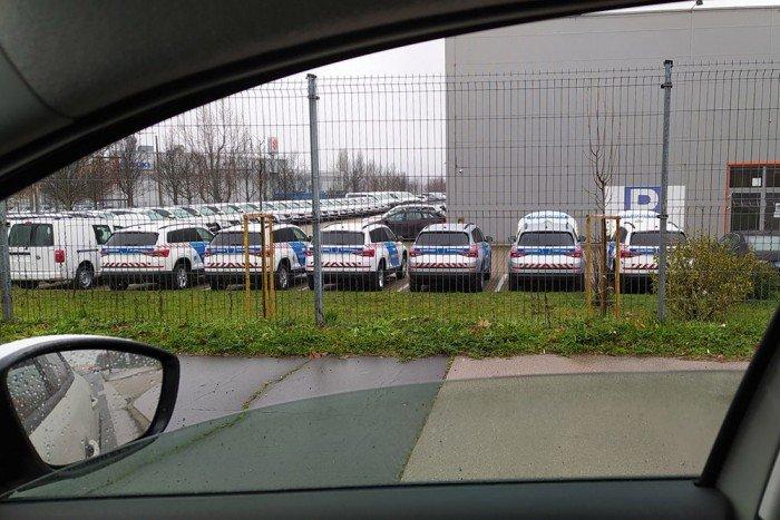 Átadásra váró rendőrautók egy budaörsi telephelyen