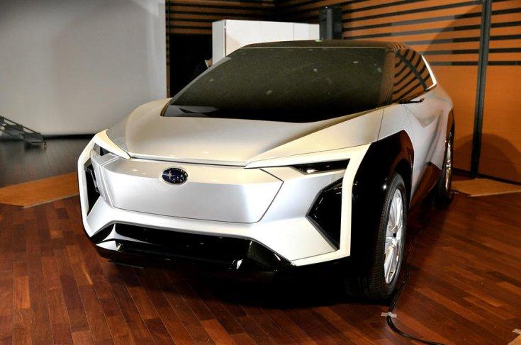 Subaru logóval ellátott elektromos koncepcióautó