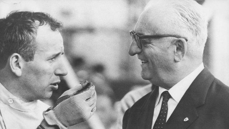 John Surtees és Enzo Ferrari beszélget oldalról