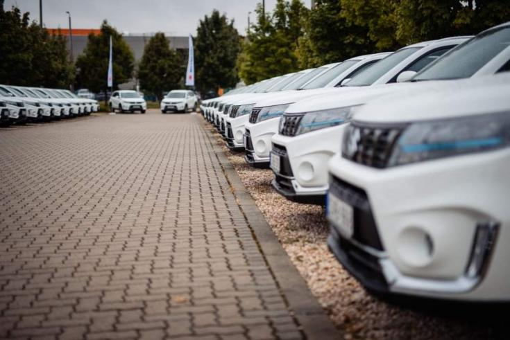 Suzuki Vitarák parkolnak egymás mellett