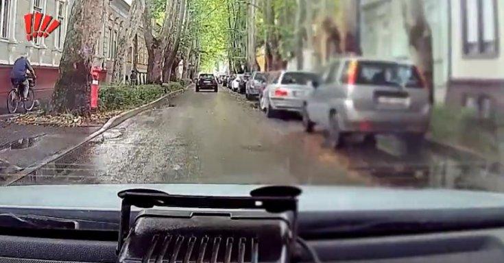 Szabálytalan kerékpáros halad a gyalogjárdán