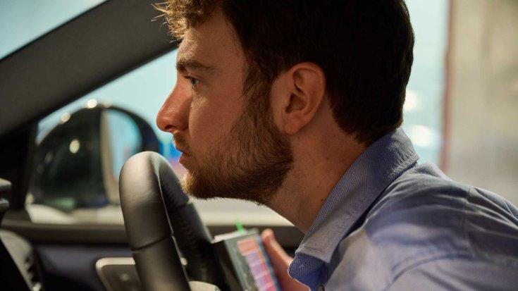 Munkában a Nissan által foglalkoztatott szagmérnök