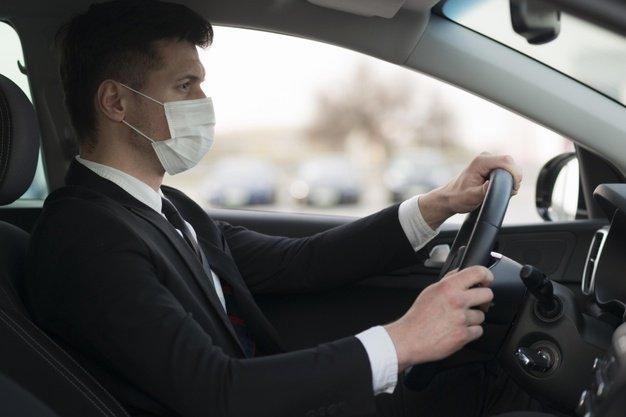 Szájmaszkot viselő sofőr