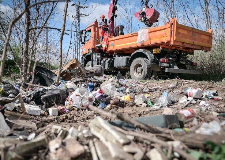 Illegális hulladékot gyűjtenek be a közútkezelők