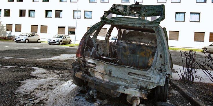 Szénné égett autó hátulról fotózva
