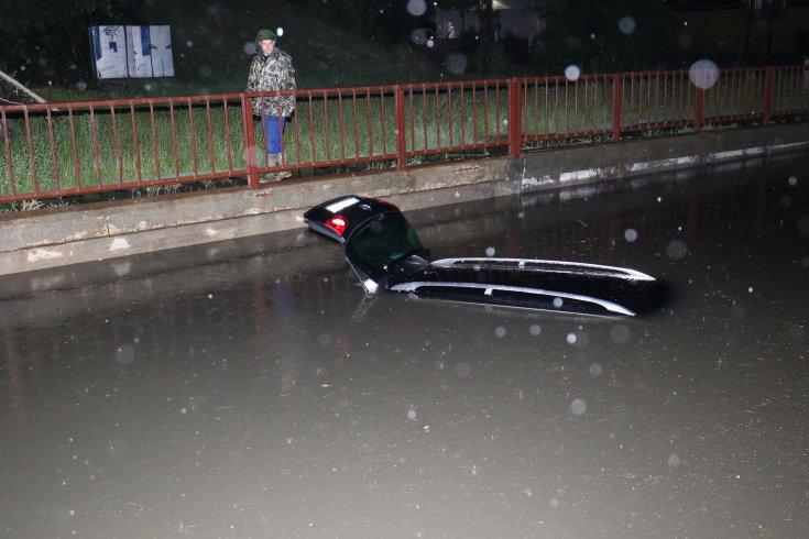 víz alá merült autó Szolnokon