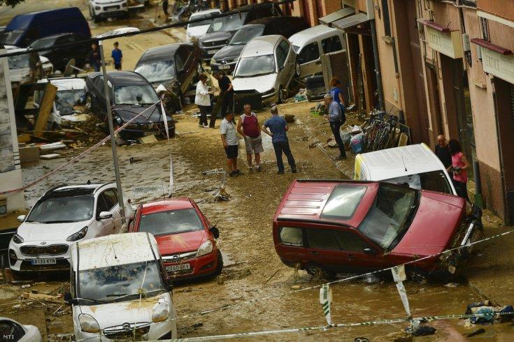 Tafallában elsodorta az autókat az áradás