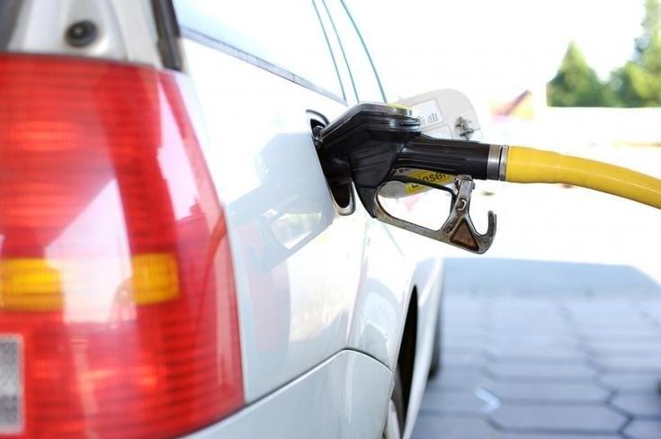 Benzint tankoló autó