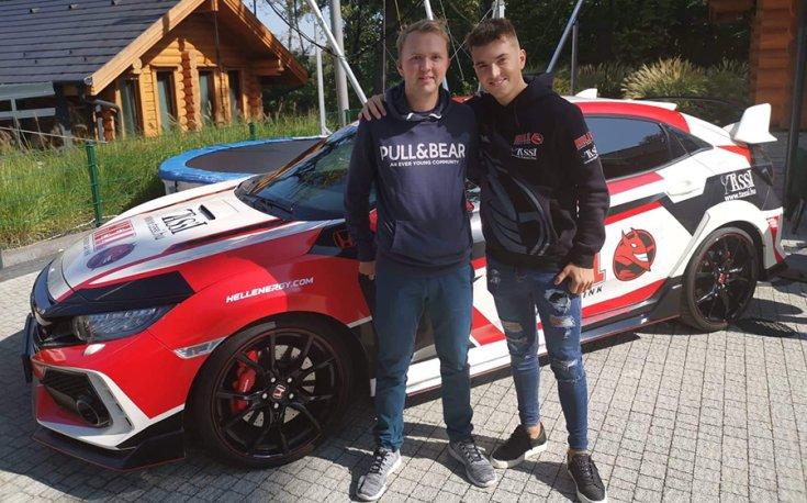 Tassi Attila és Háfra Zsolt a Honda Civic Type R mellett állva