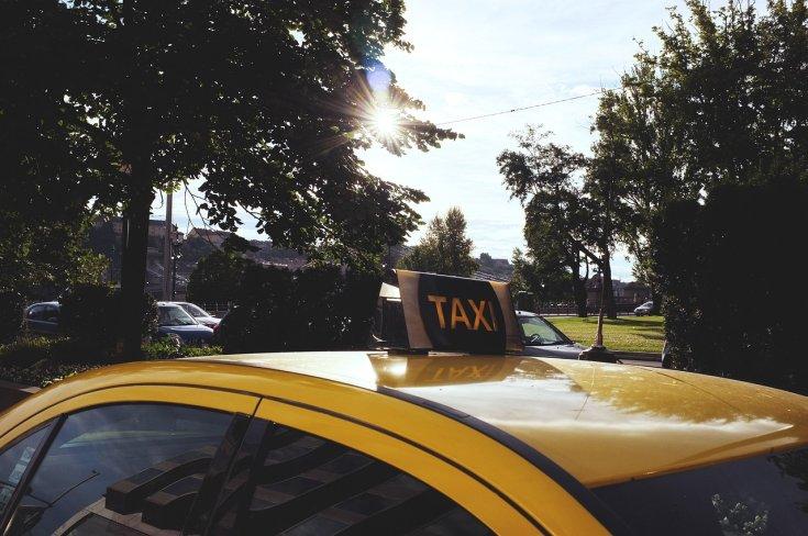 Budapesti Taxi egy fővárosi parkolóban oldalról