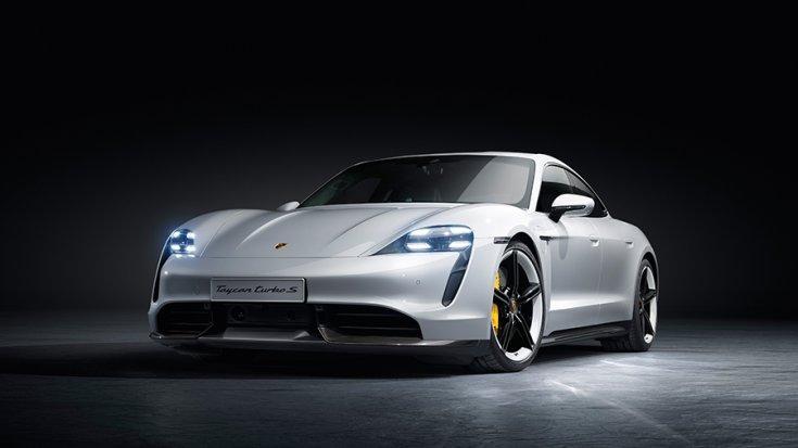 A Porsche Taycan Turbo S elölről fotózva