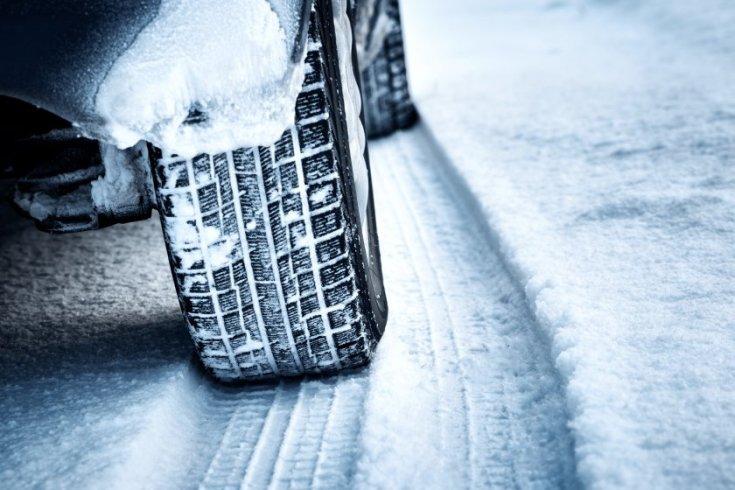 Hóban haladó autó kereke