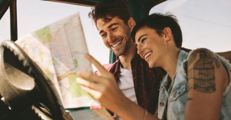 térképet néző pár az autóban