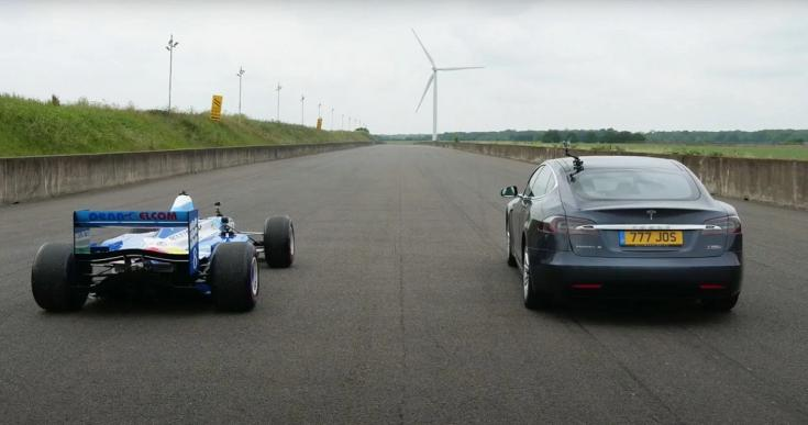 Tesla Model S és Benetton Forma-1-es autó egymás mellett, hátulról