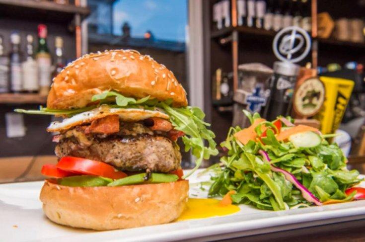 hamburger és saláta egy tányéron