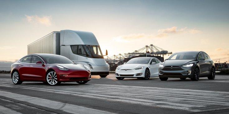 Tesla flotta: Model 3, Semi, Model S és Model X egymás mellett