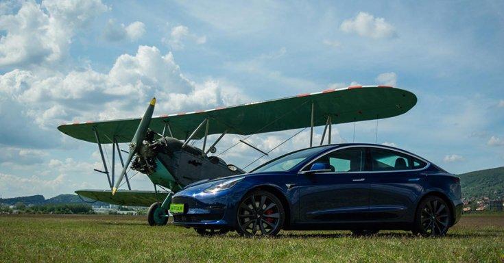 Tesla Model 3 repülővel, oldalról