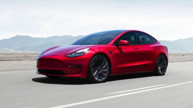 Tesla Model 3 szemből, menet közben