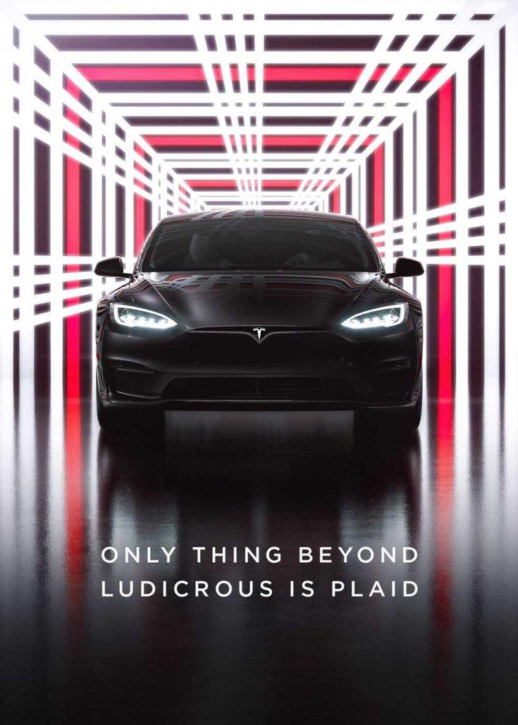 Tesla Model S Plaid szemből, körülötte skótkockás mintával
