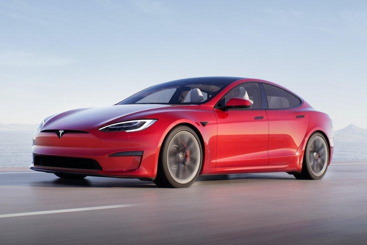 Tesla Model S féloldalasa, menet közben