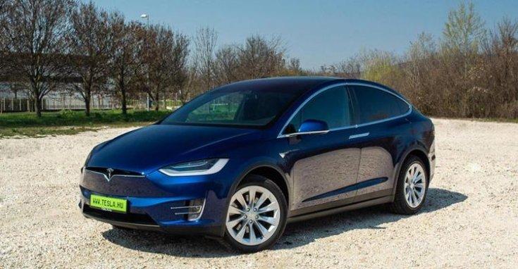 Tesla Model X oldalról fotózva