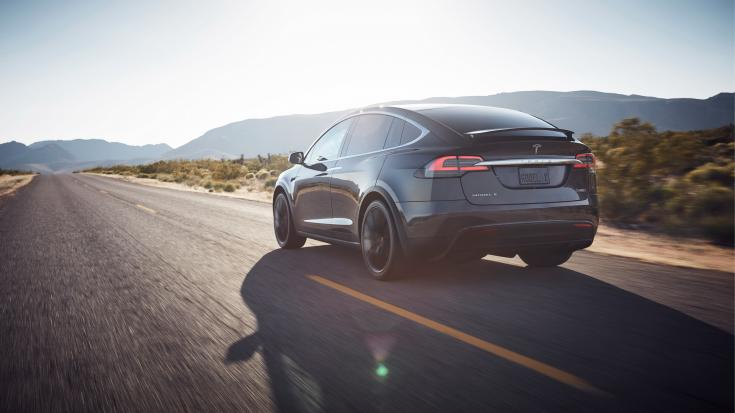 Tesla Model X hátulról, menet közben