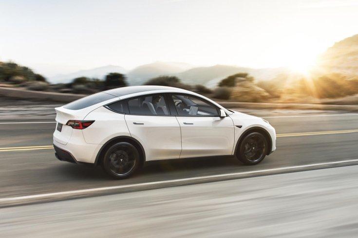 Tesla Model Y hátulról, menet közben
