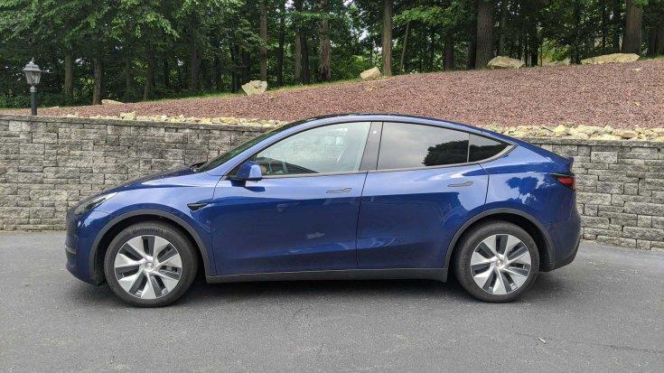 2020-as Tesla Model Y Long Range oldalról