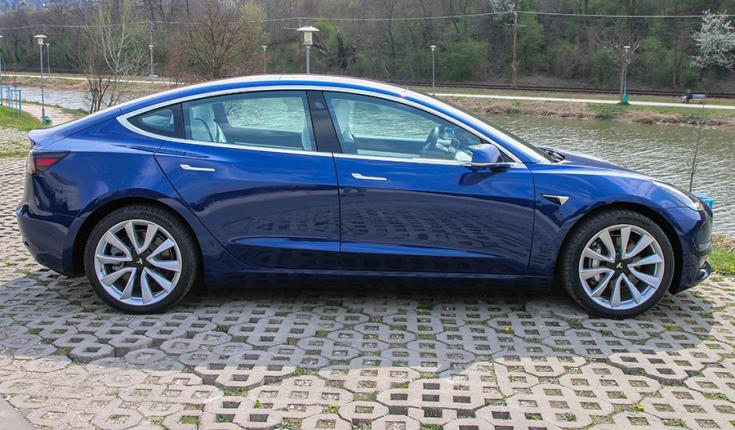 Tesla Model 3 oldalról