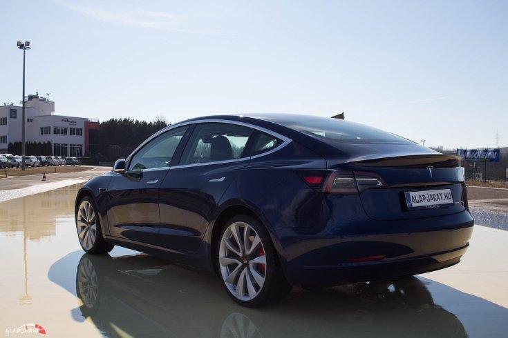 Tesla Model 3 teszt Alapjárat