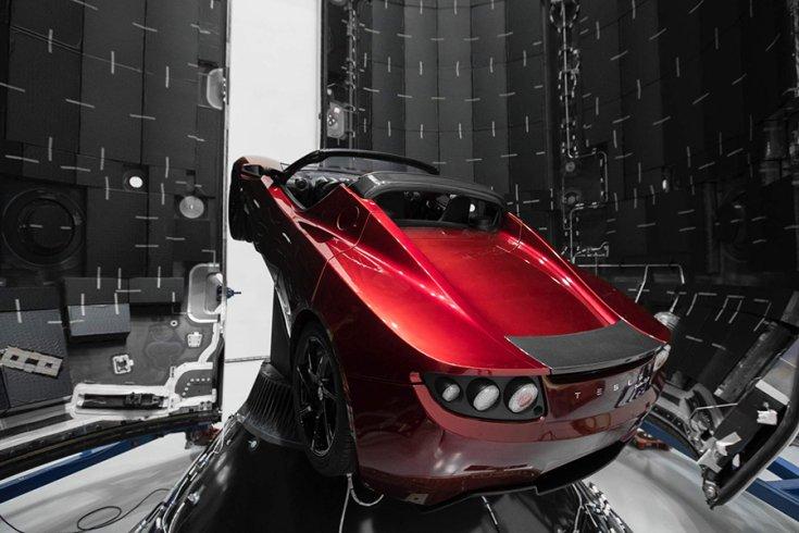 A Tesla Roadster még a Földön, hátulról fotózva
