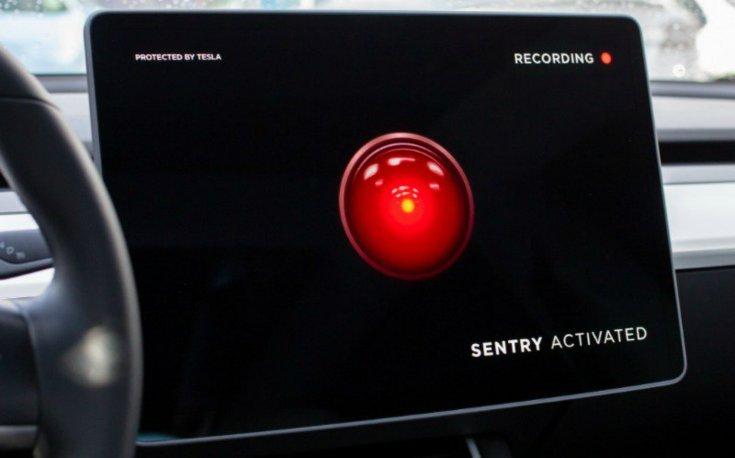 """""""Sentry activated"""" felirat egy Tesla kijelzőjén"""