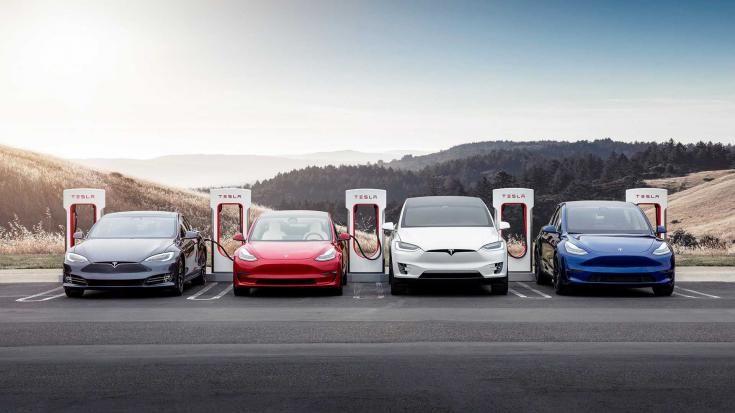 Tesla Model S, Model 3, Model X és Model Y szemből, töltés közben