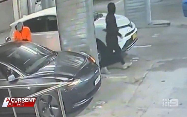 Autótolvajok, amint megpróbálják ellopni a Brett Tesla Model 3-asát
