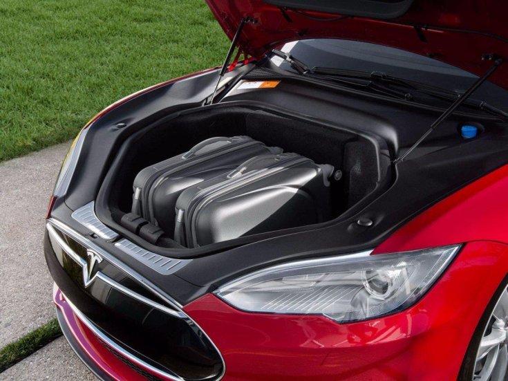 Tesla Model S csomagtartó az autó elejében