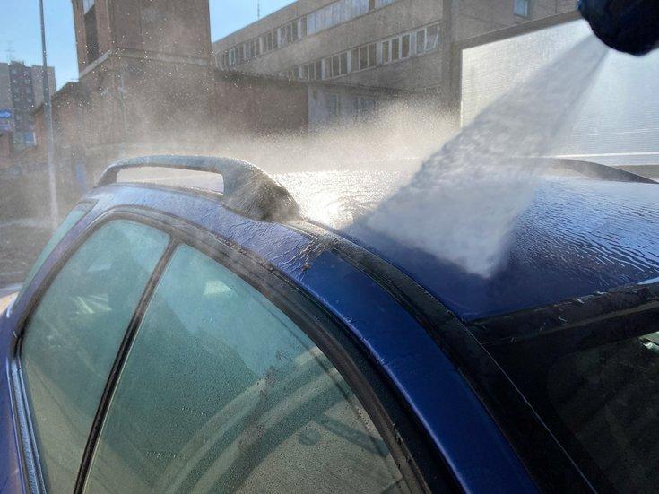 Autó tetejének mosása