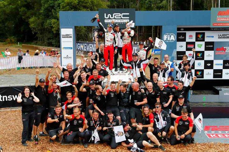 A Toyota Gazoo Racing csapata ünneplés közben szemből