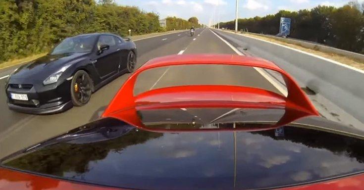 A Supra hátulja mögötte a Nissan GT-R-rel