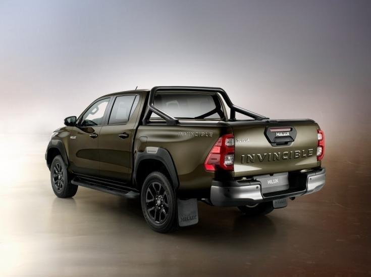 2020-as modellévű Toyota Hilux, hátulról, oldalról