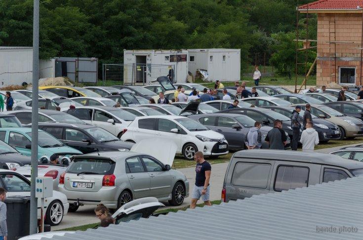 Autók parkolnak