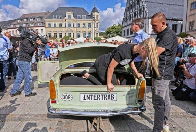 Fiatal lányok a Trabant csomagterében összezsúfolódva