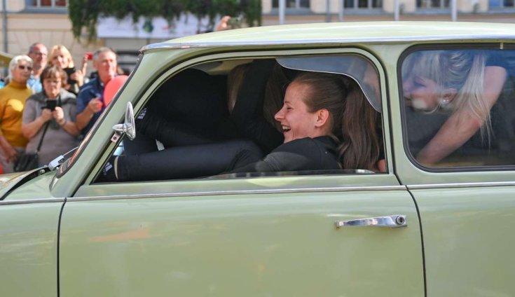 Fiatal lányok a Trabant utasterében összezsúfolódva