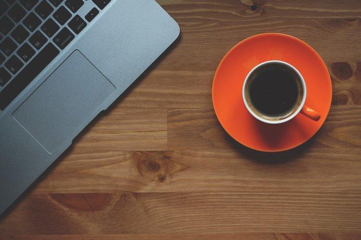 laptop és kávé felülnézetből
