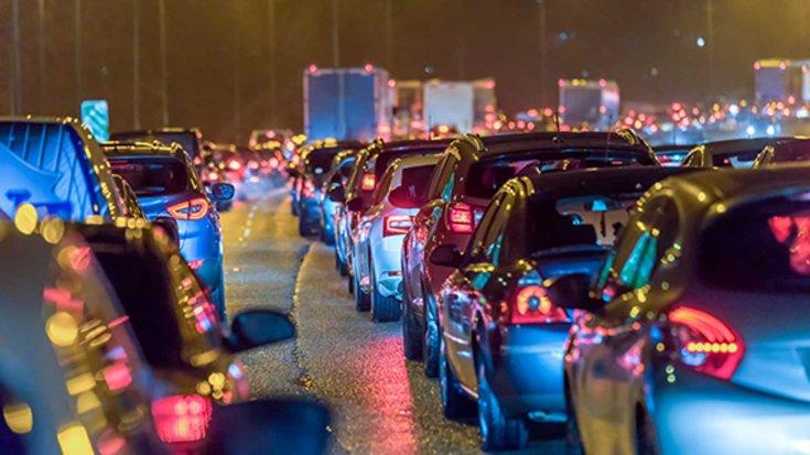 autók sorakoznak az Egyesült Királyságban