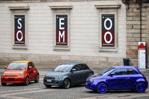Három különböző kivitelben a Fiat 500e modell egy téren