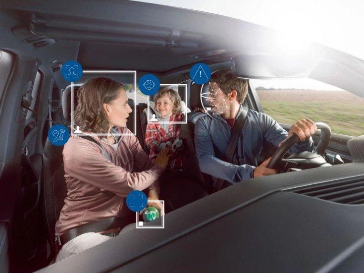 A rendszer figyeli, hogy a sofőr milyen hosszan veszi le a szemét az útról