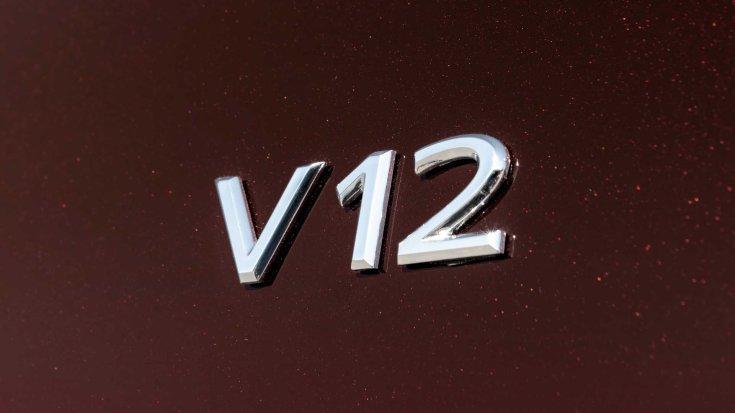 V12 jelvény