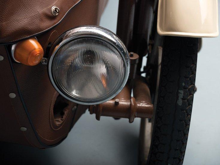 1960 Velorex Oskar, Bőregér, barna, bal első lámpa, szemből