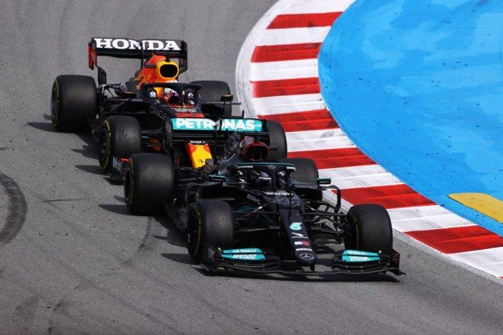 Hamilton és Verstappen egymás ellen menet közben